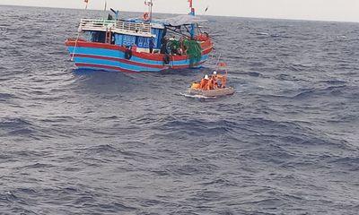 Đà Nẵng: Cứu nạn 4 thuyền viên kiệt sức trôi dạt trên biển