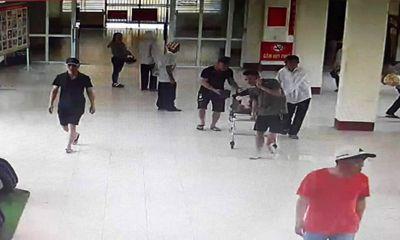 Người đàn ông cầm 2 con dao gây áp lực với bác sĩ đang cấp cứu