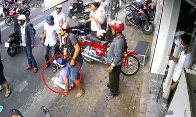 Clip: Người dân vây bắt đôi nam nữ nghi dàn cảnh đụng xe, cướp tiền