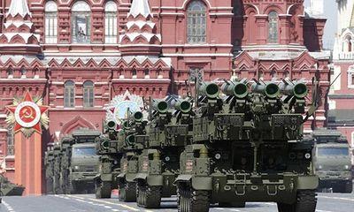 """Phương Tây siết chặt """"gọng kìm"""" kinh tế khiến chi tiêu quân sự Nga trở lên eo hẹp"""