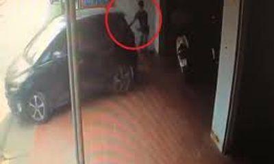 Clip: Lùi xe bất cẩn, nữ tài xế đâm trúng nam thanh niên