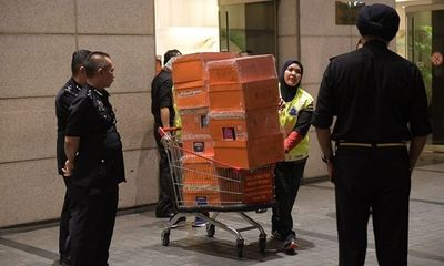 Cảnh sát đếm mỏi tay vẫn chưa hết số tiền mặt trong nhà cựu Thủ tướng Malaysia