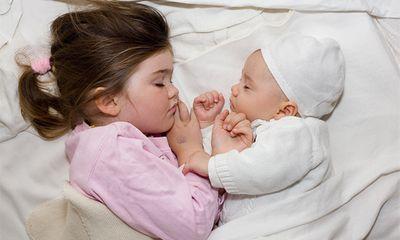 Mẹ bỉm sữa băn khoăn trời nắng nóng, trẻ sơ sinh có được nằm điều hòa?