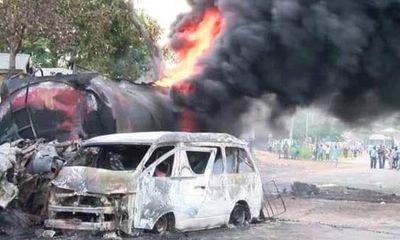 Tai nạn kinh hoàng: Hai ô tô đâm trực diện phát nổ, 20 người chết cháy