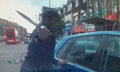 Video: Va chạm xe, thanh niên hung hãn dùng dao lớn đập tan cửa kính ô tô