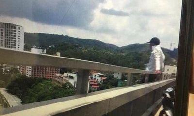 Video: Ngăn cản nam thanh niên nghĩ quẩn ngồi trên cầu Bãi Cháy đòi tự tử