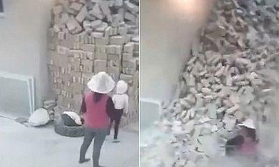 Clip: Hai em bé bị chôn vùi bởi đống gạch trước sự chứng kiến của người mẹ