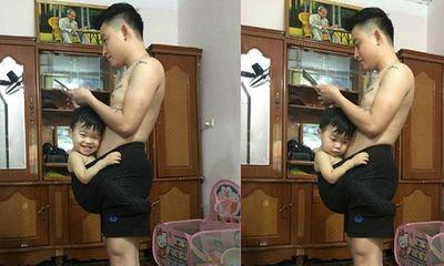 Dân mạng ''phát sốt'' với em bé thích chui vào quần bố ngồi mới chịu ngủ