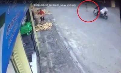 Video: Thót tim cảnh em bé băng qua đường suýt bị xe máy tông trúng