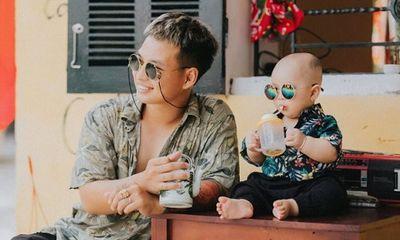 Bố và em bé cùng đeo kính đen ''song kiếm hợp bích'' cho ra bộ ảnh cực ngầu