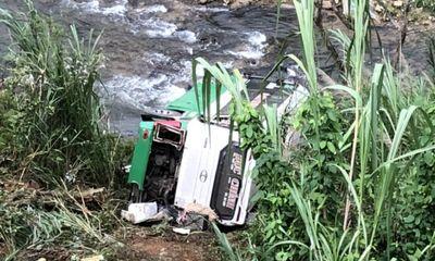 Xe khách chở 42 người lao vực đèo Lò Xo, 3 người chết