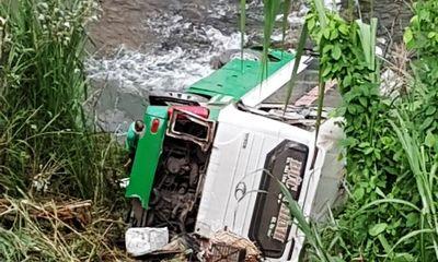 Video: Hiện trường vụ xe khách lao xuống vực ở đèo Lò Xo, 3 người chết