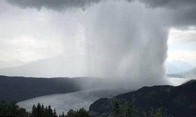 Kì lạ cảnh bom mưa ngoạn mục trên dãy Alps