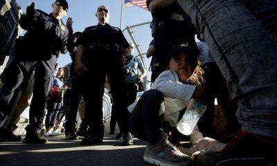 Trẻ em nhập cư trái phép trong trại tị nạn Mỹ bị ép dùng thuốc thần kinh