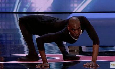 """Clip: Nam thí sinh uốn dẻo rồi bò trên sân khấu như """"Người nhện"""""""