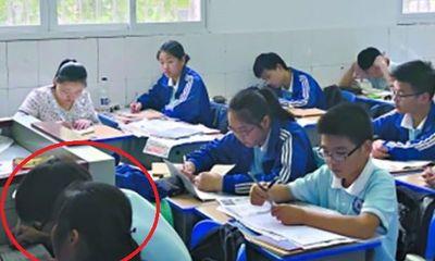 Bà mẹ kê ghế ngồi cạnh con trong lớp học suốt 3 năm gây tranh cãi