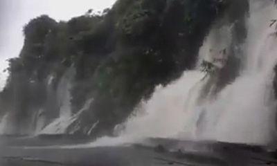 """Video: Hãi hùng cảnh tượng lái xe qua """"con đường thác lũ"""" ở Hà Giang"""