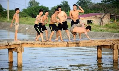 Người dân Hà Nội đổ xô đi tắm mương để giải nhiệt những ngày 40 độ