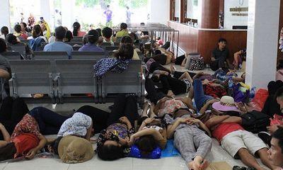 Hà Nội: Người nhà bệnh nhân nằm vạ vật ở sàn nhà, cầu thang để trốn nắng nóng như thiêu đốt