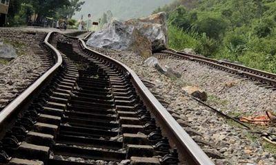 Quảng Bình: Đường sắt Bắc - Nam ách tắc do lở núi đá