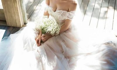 Á hậu Tú Anh khoe bộ ảnh cưới đẹp như mơ với chú rể điển trai
