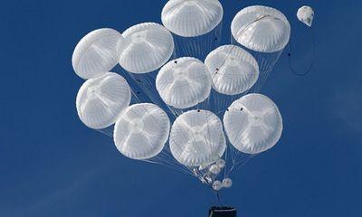 Video xe thiết giáp Nga được thả từ trên không xuống