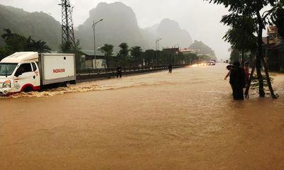 Quảng Ninh: Mưa lớn khiến nhiều nơi ngập sâu tới 2m, chia cắt quốc lộ 18A