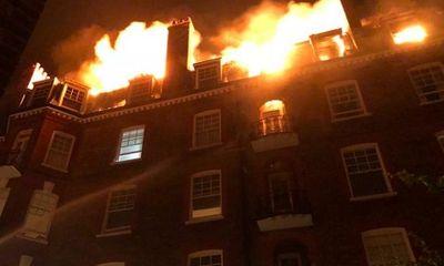 Video: Cận cảnh tòa nhà 5 tầng lại London bốc cháy dữ dội