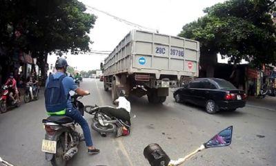 Video: Cố vượt xe tải, người đàn ông suýt mất mạng