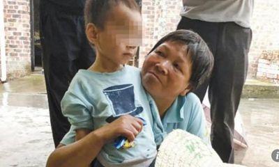 Cậu bé 3 tuổi may mắn sống sót bên thi thể ông nội suốt 5 ngày