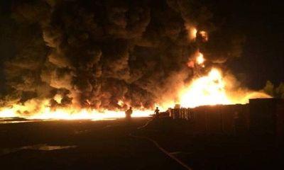 Cháy nhà máy nhựa ở Anh: