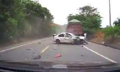 Video: Va chạm liên tiếp với 2 xe container, tài xế ô tô con bay văng ra khỏi xe