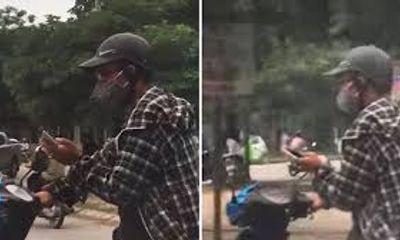 Video: Thanh niên bất chấp nguy hiểm vừa đi xe máy vừa chơi điện tử