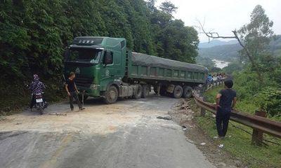 Nghệ An: Đường quốc lộ tắc hơn 1 ngày vì chiếc xe tải hỏng chiếm hết đường