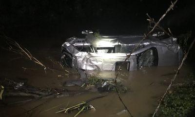 Video: Mưa lớn ở Mỹ khiến loạt ô tô trong đại lý bị cuốn theo dòng nước lũ