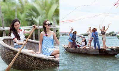 Hoa hậu Phan Thị Mơ cùng các người đẹp chèo thuyền thúng, quăng chài thả lưới trên sông