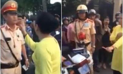 Người phụ nữ chống tay chửi bới, xúc phạm CSGT khi chồng bị giữ xe