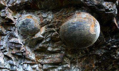 Kỳ lạ: Vách đá biết