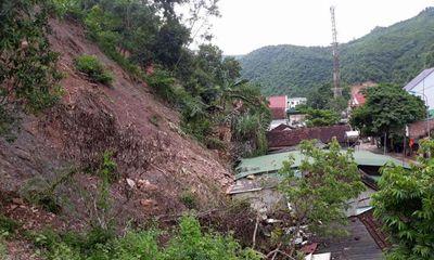 Nghệ An: Khoảnh khắc kinh hoàng núi lở đè sập nhà dân