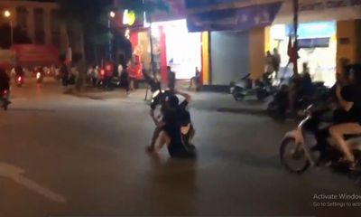 Video: Thanh niên chở bạn gái