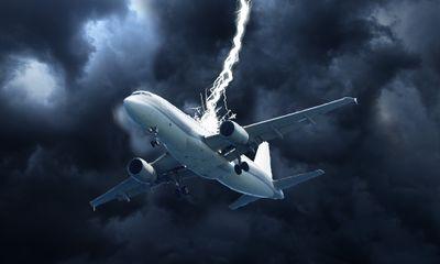 Clip: Cất cánh trong giông bão, máy bay bị sét đánh trúng