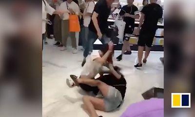 Video: 2 nữ du khách Trung Quốc đánh lộn do tranh giành mỹ phẩm ở cửa hàng miễn thuế
