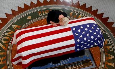 Hàng ngàn người Mỹ xếp hàng giữa trời nắng chờ viếng Thượng nghị sĩ John McCain