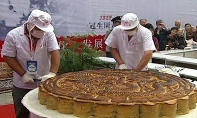 Cận cảnh bánh trung thu khổng lồ có đường kính 1 mét nặng 100kg