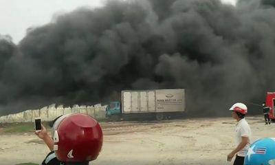 Nhà xưởng bốc cháy ngùn ngụt, cột khói cao hàng chục mét