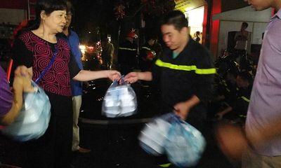 Vụ cháy ở Đê La Thành: Xúc động hình ảnh lính cứu hỏa ăn vội gói xôi lúc nửa đêm