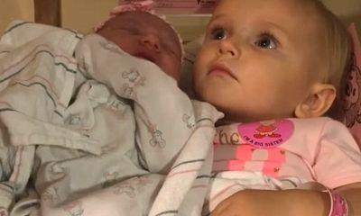 Video: Khoảnh khắc đáng yêu khi chị gái 5 tuổi nhất quyết không cho ai bế em trai mới sinh