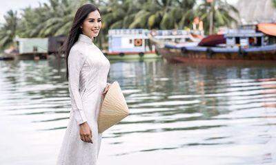 Vẻ duyên dáng trong tà áo dài của Hoa hậu Tiểu Vy ở quê nhà Hội An