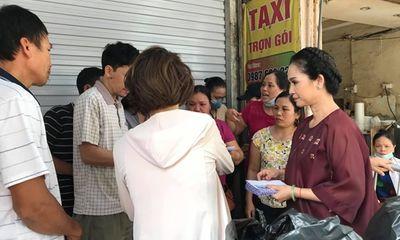 NSND Lan Hương giản dị đến giúp đỡ nạn nhân vụ cháy ở Đê La Thành