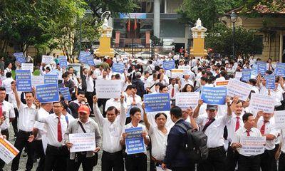 Hàng trăm tài xế taxi đến phiên tòa